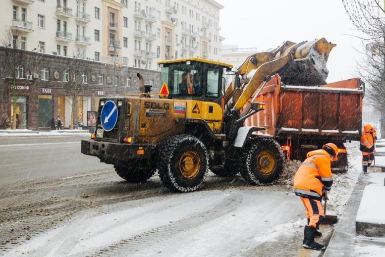 Из-за снегопада дороги в Москве начали обрабатывать противогололедными материалами