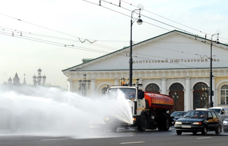 На московские улицы выехали около 8 тысяч поливальных машин