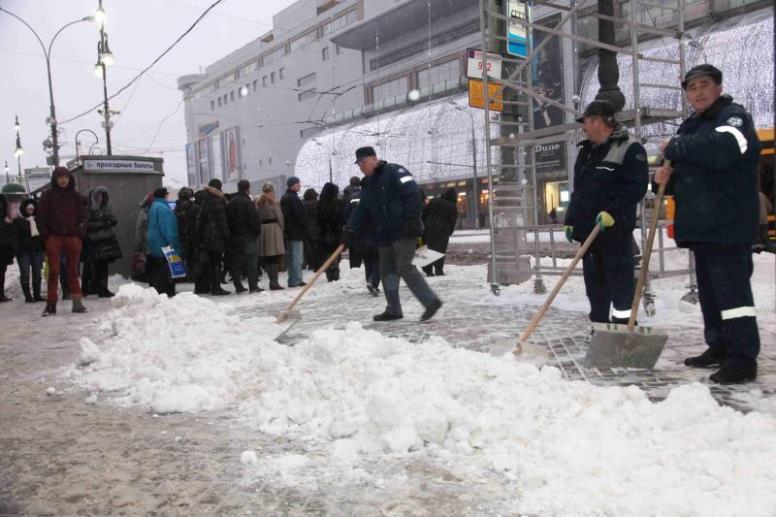 Коммунальные службы устраняют последствия снегопада в Москве